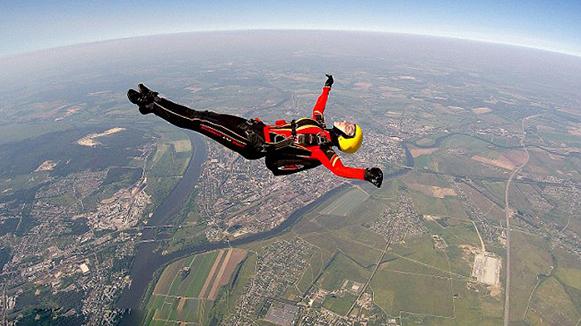 俄女青年4000米高空花样跳伞动作优美